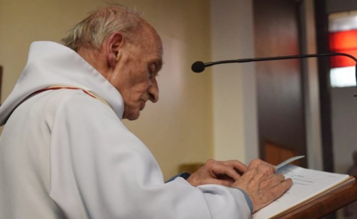 El padre Jacques Hamel murió a manos de dos militantes de ISIS que lo hicieron arrodillar en la iglesia y le cortaron la garganta.