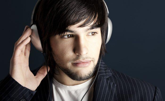 Estos audífonos te aislarán del mundo salvo que griten tu nombre